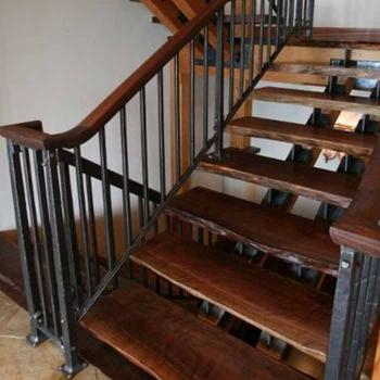 Стальная лестница на стальном косоуре