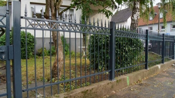 Стальной забор с чугунными пиками